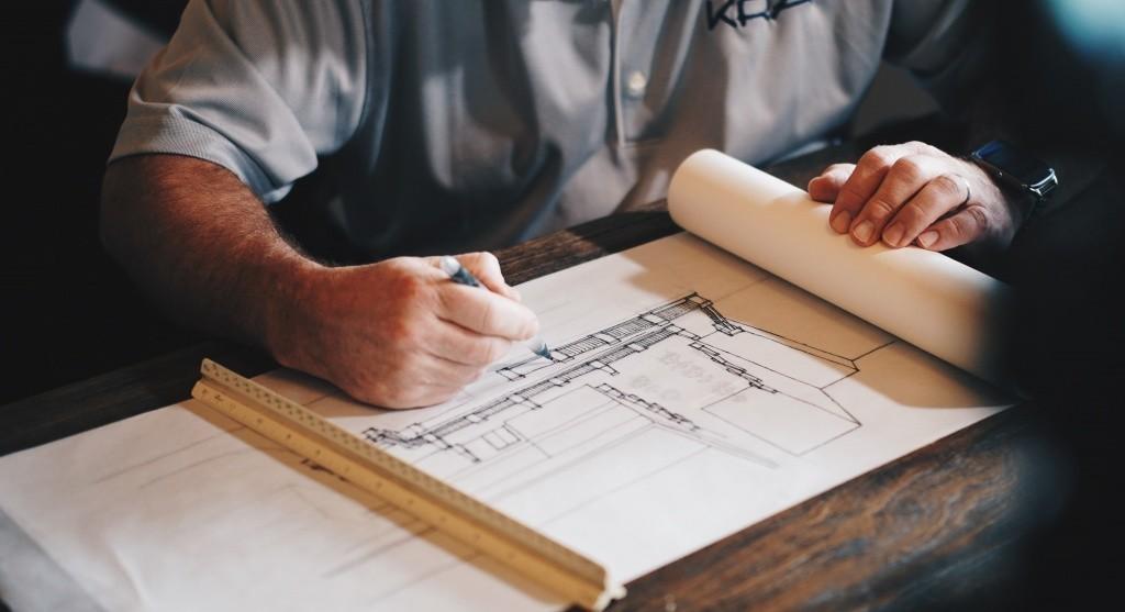 Arquitecto dibujando plano de un edificio