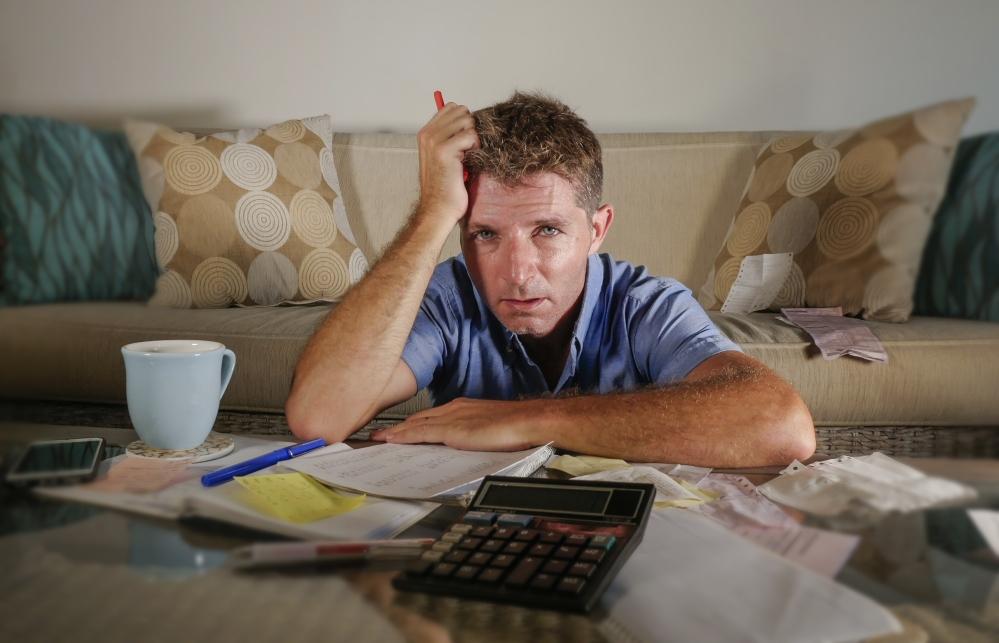 Hombre atribulado con los pagos de la hipoteca