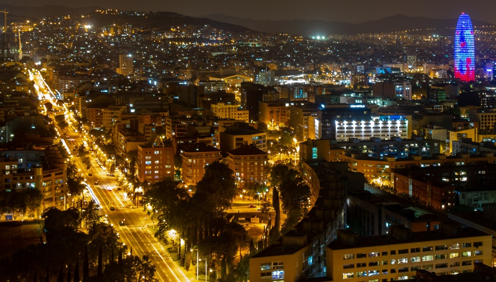 panorámica de Barcelona con la torre agbar