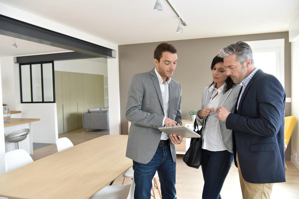agente inmobiliario con clientes