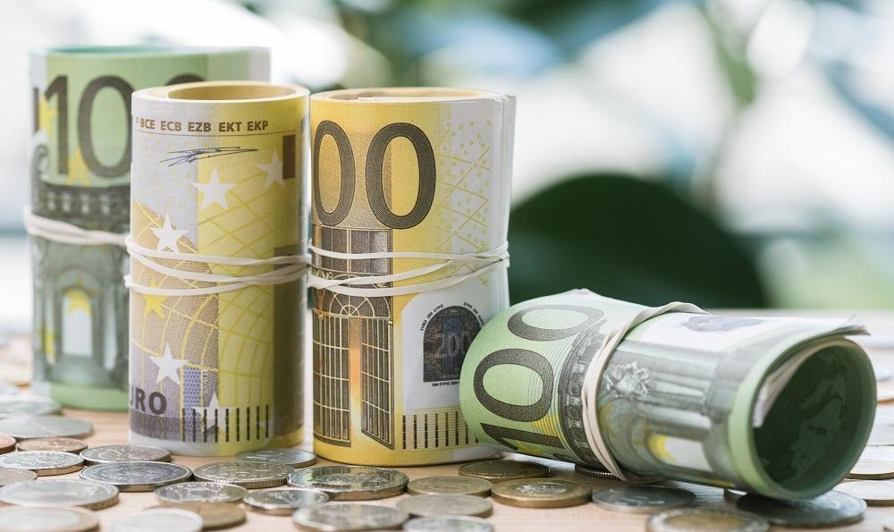 billetes de 100, 200 euros y monedas