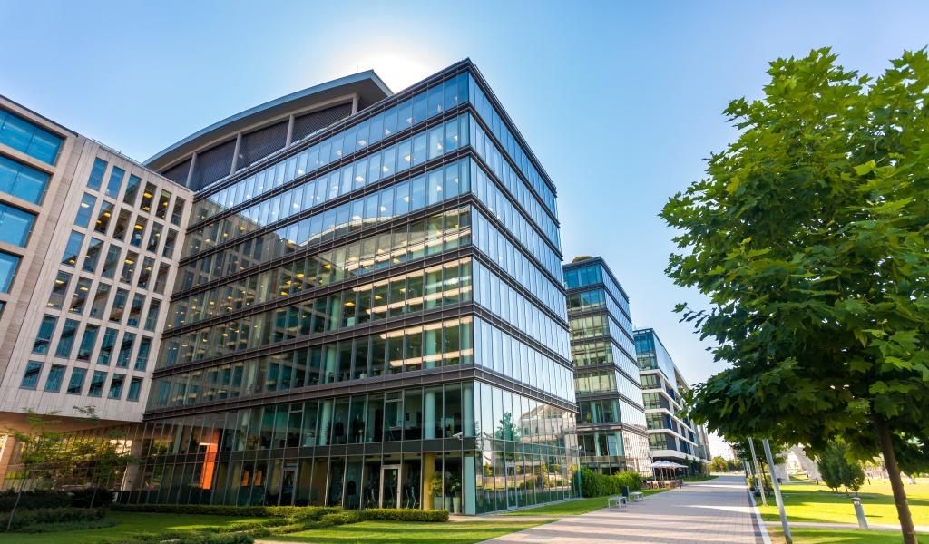 cual es la mejor orientación de una vivienda fachada edificio cristal