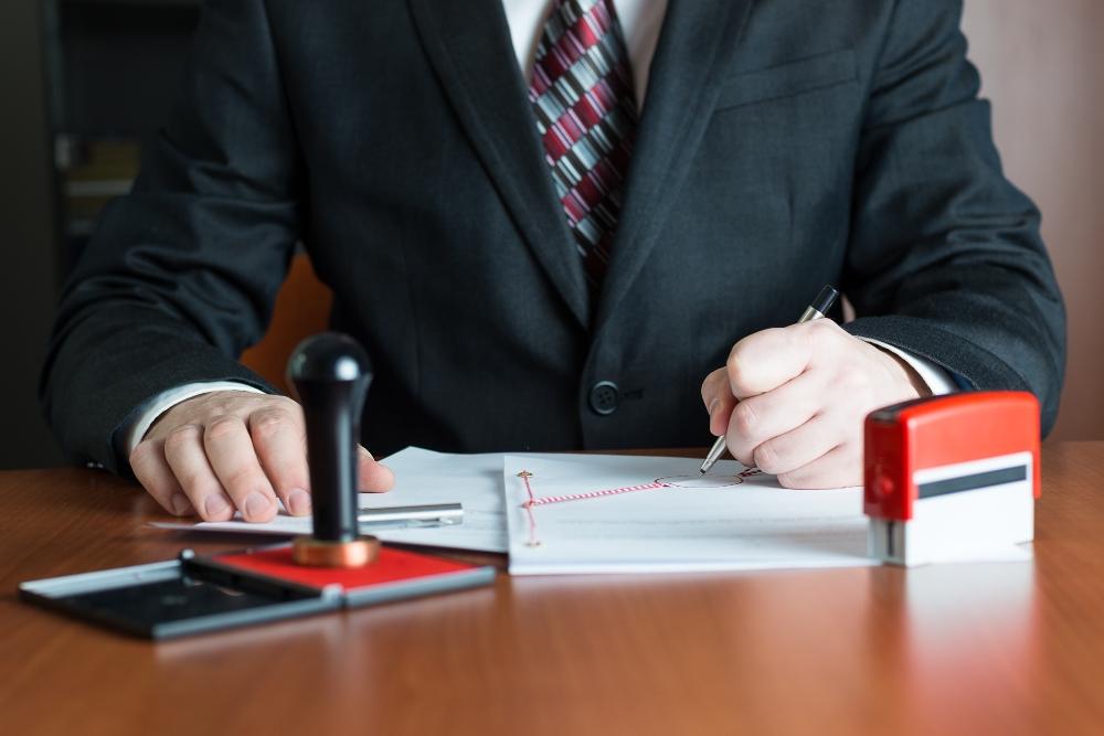 Notario asesorando en la compra de una vivienda