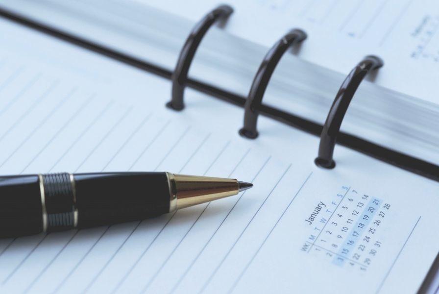 agenda con bolígrafo