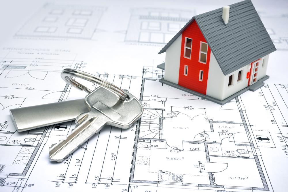 casita sobre plano y llaves de la vivienda