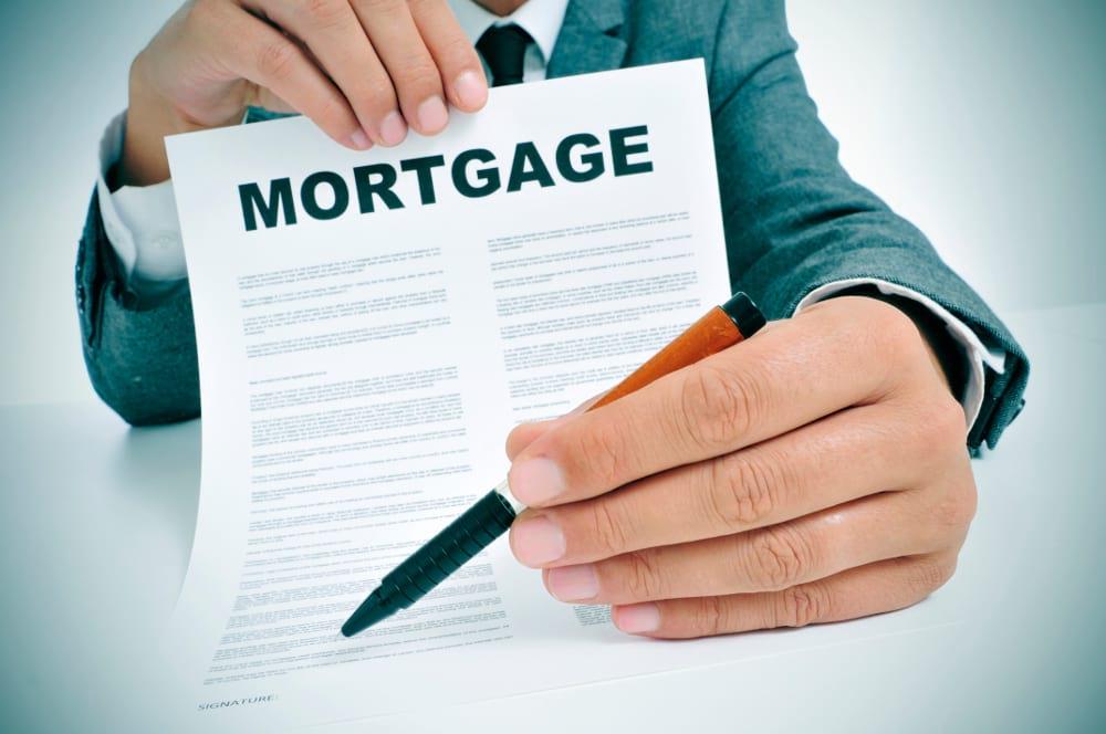 contrato de una hipoteca con bolígrafo para firmar