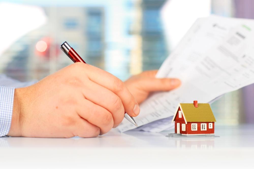 persona firmando contrato de compra de vivienda nueva