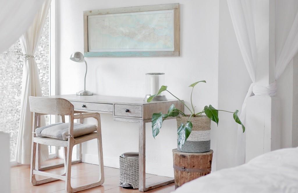 mesita con silla en una habitación