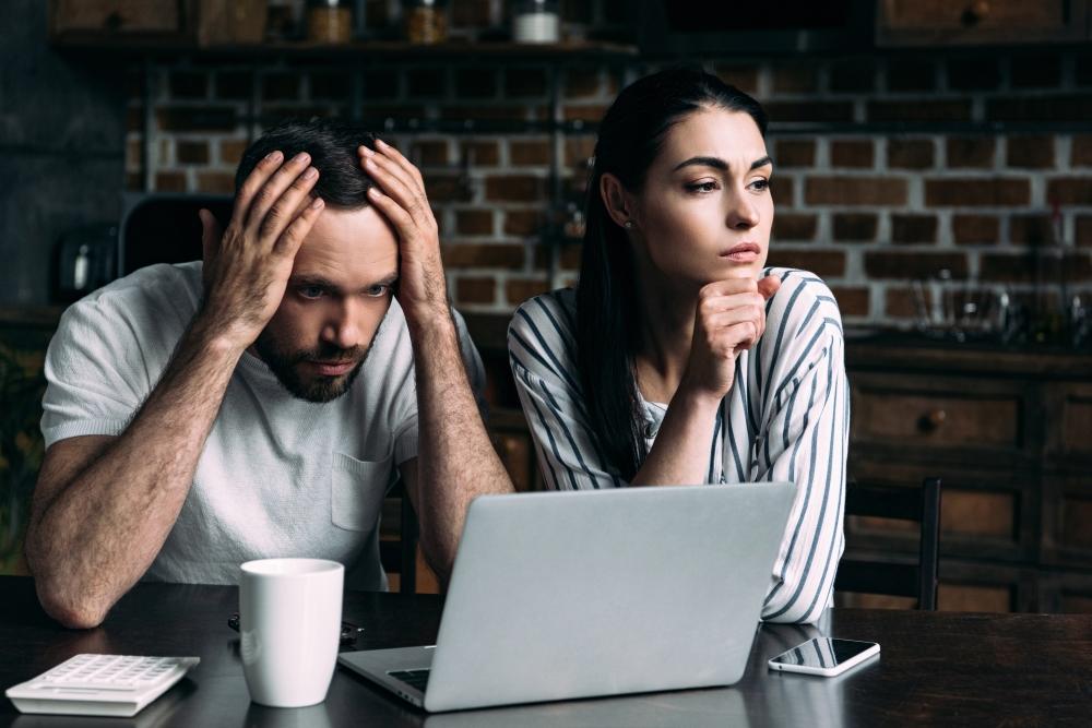 pareja calculando el impuesto de bienes inmuebles