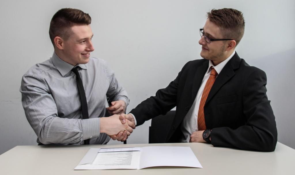 dos hombres firmando hipoteca