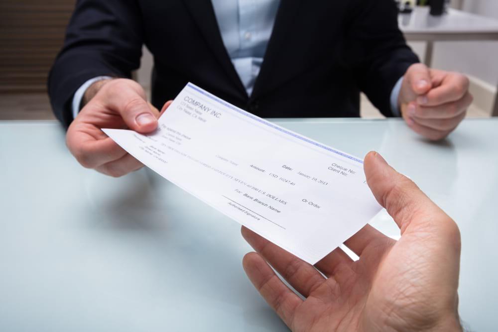 persona pagando con un cheque