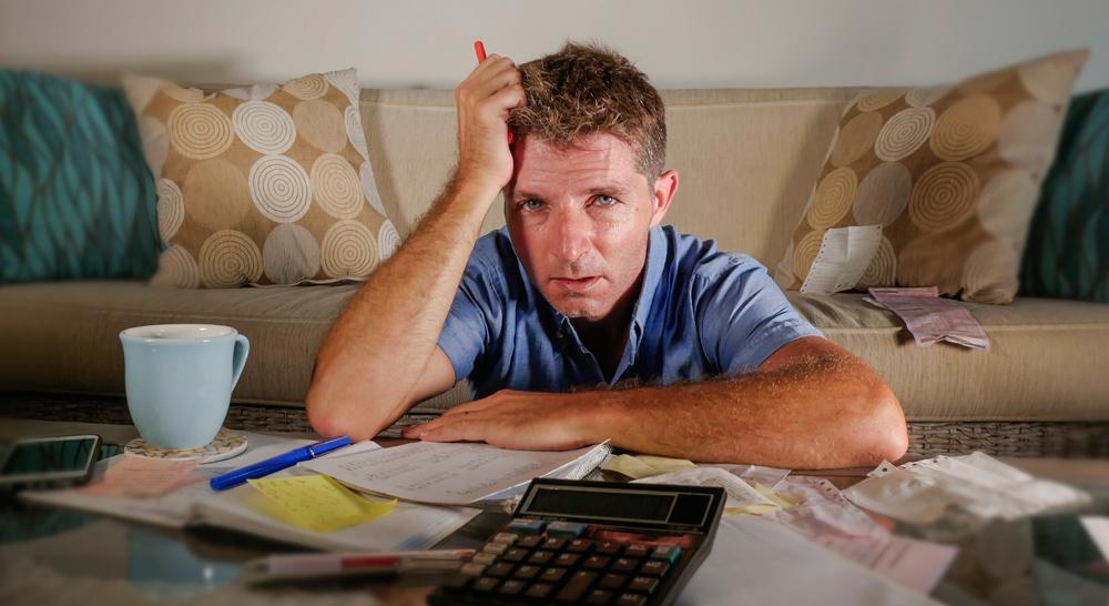 hombre que no puede pagar hipoteca
