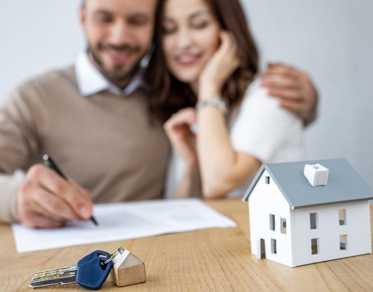 pareja firmando la compra de una vivienda