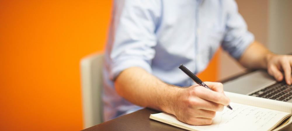 persona escribiendo en cuaderno