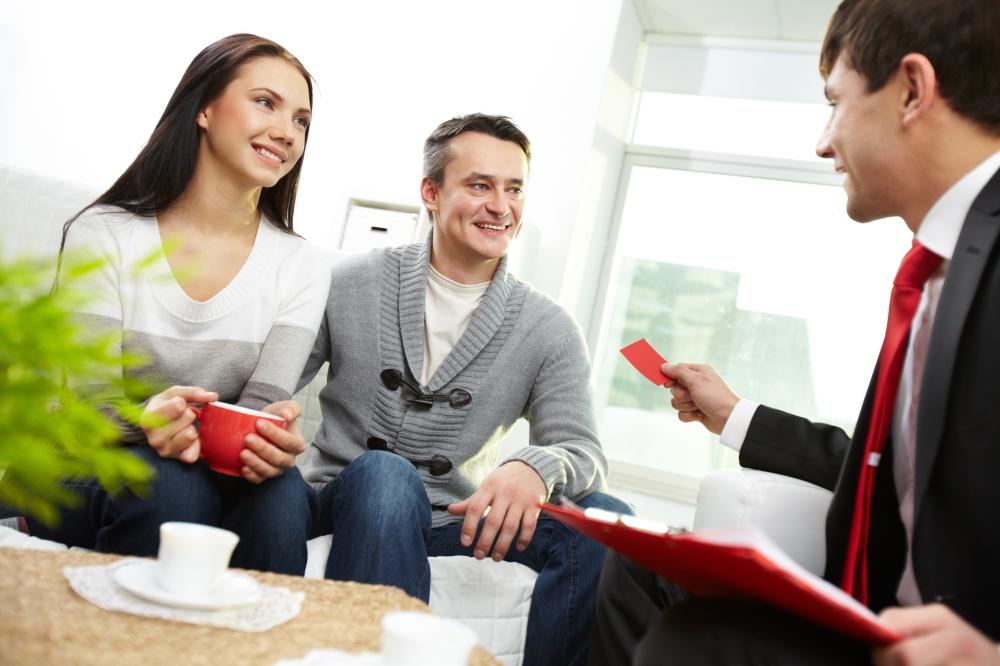 pareja con un abogado inmobiliario