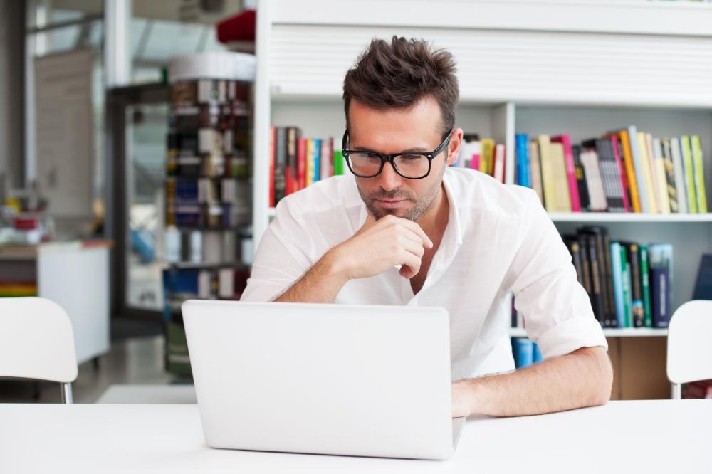 hombre contratando hipoteca online