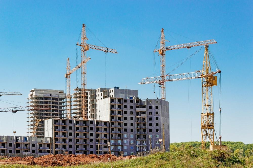 Edificio en construcción que promociona una promotora