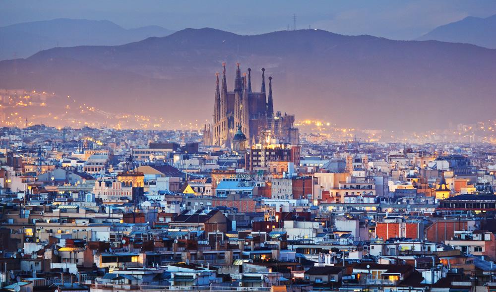 vista ciudad de barcelona con sagrada familia al fondo