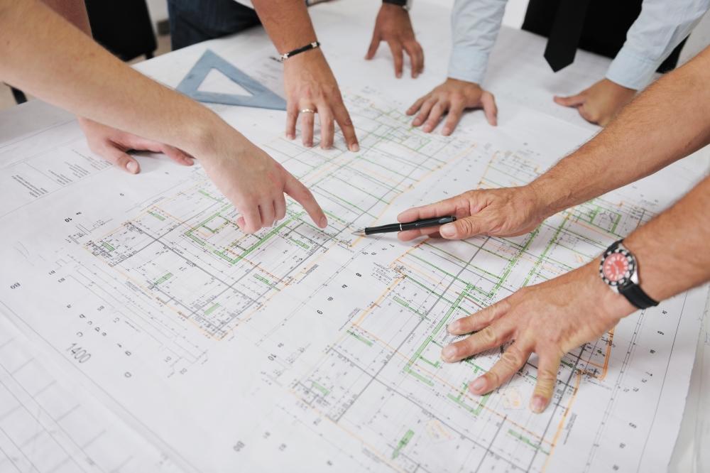 Arquitectos trabajando en los planos de una obra